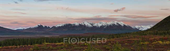Estados Unidos, Alaska, vista del paisaje con la gama de Alaska en otoño - foto de stock