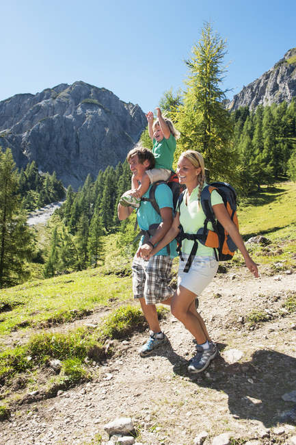 Austria, Salzburg Country, Family hiking at Altenmarkt-Zauchensee — стокове фото