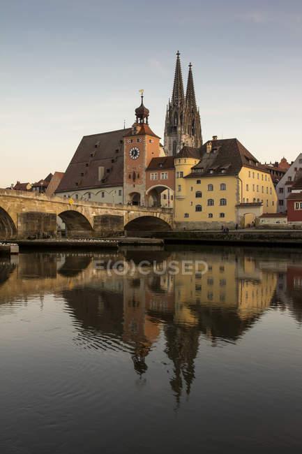 Germania, Regensburg, Baviera, vista del fiume Danubio con San Pietro e Ponte di pietra — Foto stock