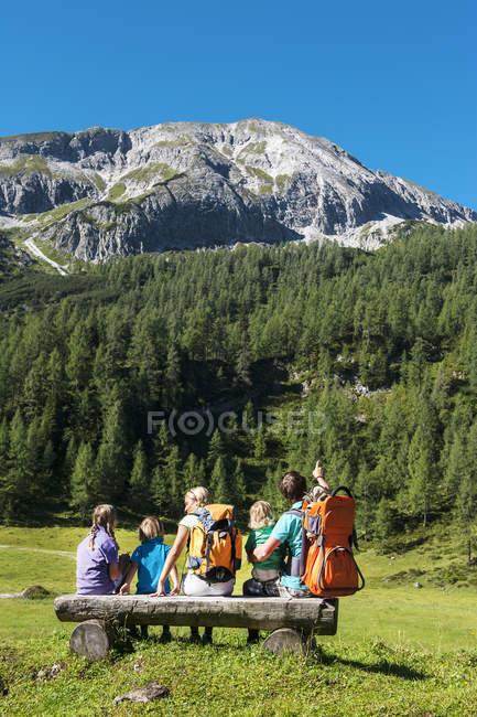 Семья смотрит горы — стоковое фото