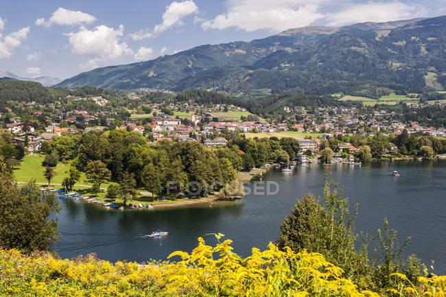 Vista de Millstatter ver y Seeboden, Carintia, Austria - foto de stock