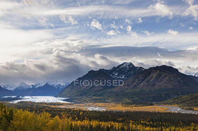 Estados Unidos, Alaska, vista de las montañas Chugach, Matanuska glaciar y río Matanuska en otoño - foto de stock