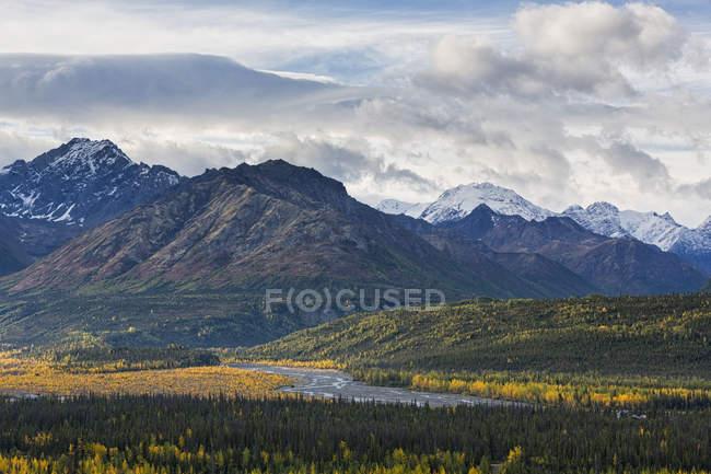 États-Unis, Alaska, Vue sur les montagnes Chugach, la vallée de Matanuska et la rivière Matanuska — Photo de stock
