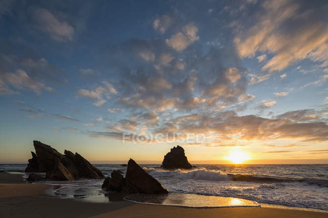 Portugal, vista da Praia da Adraga ao pôr do sol — Fotografia de Stock