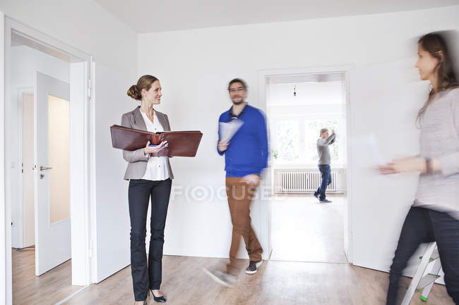 Couple de conclure une entente avec l'agent immobilier — Photo de stock