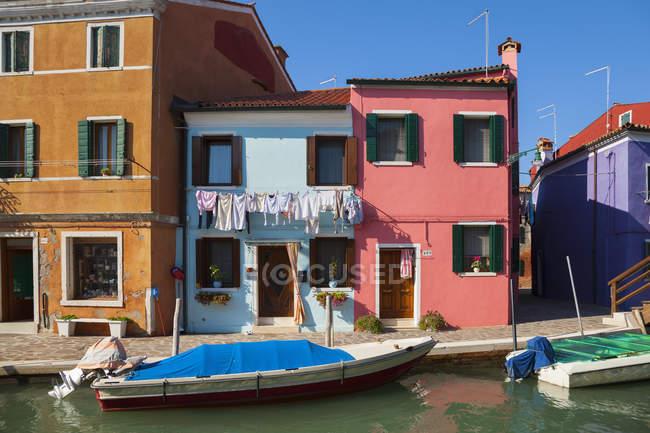 Vue de maisons colorées et canal endormi sur l'île de Burano dans la journée, Venise, Italie — Photo de stock