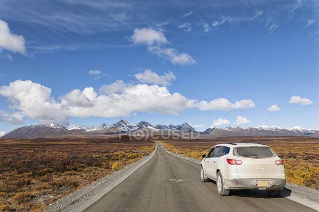 Estados Unidos, Alaska, coche en movimiento a través de la carretera de Denali en otoño - foto de stock