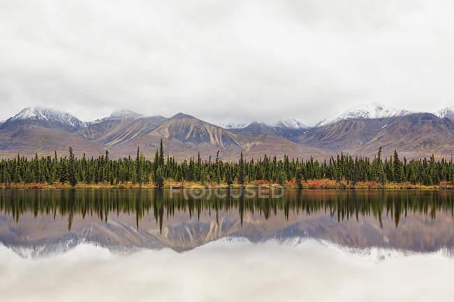 Estados Unidos, Alaska, vista del paisaje en otoño con río - foto de stock