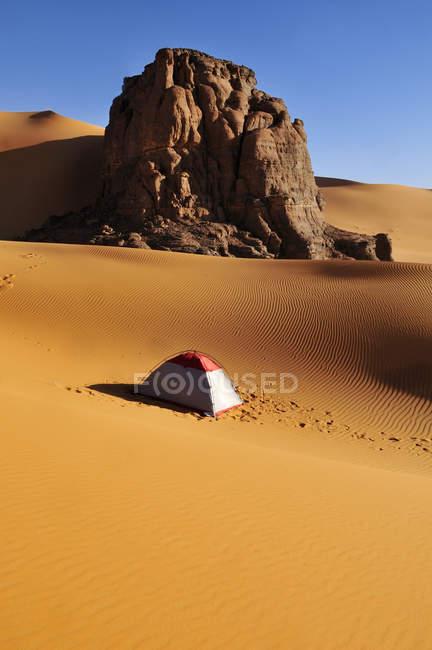 Туристические палатки и песчаные дюны Сахары — стоковое фото