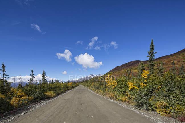 Estados Unidos, Alaska, vista de la carretera de Denali en otoño - foto de stock