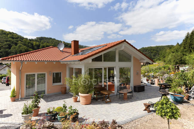 Germany, Rhineland Palatinate, View of new house surrounded by potted plants — Stock Photo
