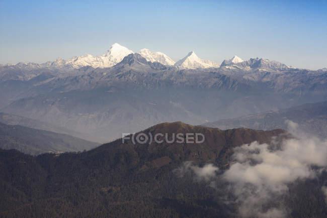 Бутан, Засніжена Jomolhari гори в хмарах — стокове фото