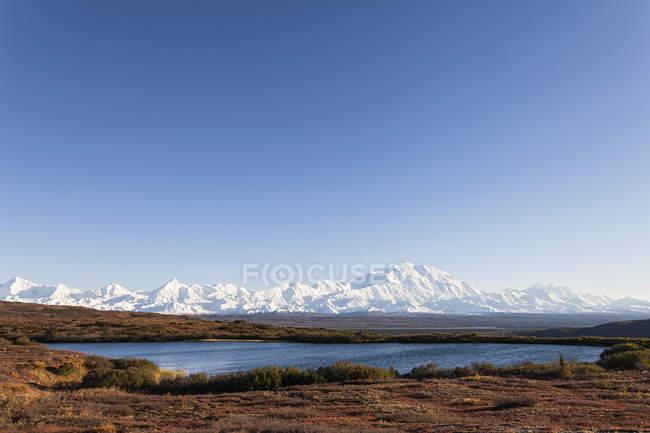 Estados Unidos, Alaska, vista del Monte Mckinley y reflejo de la charca en el Parque Nacional Denali - foto de stock