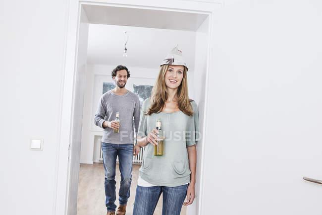 Coppia in possesso di bottiglie di birra — Foto stock