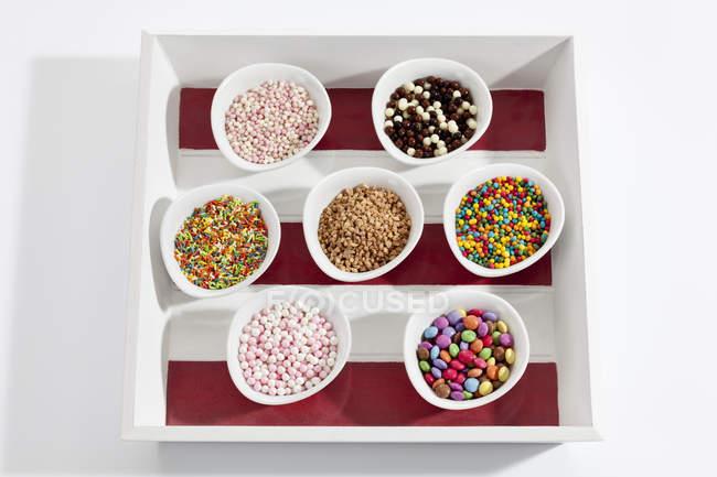 Variedad de decoración de hojarasca en tazones en bandeja - foto de stock