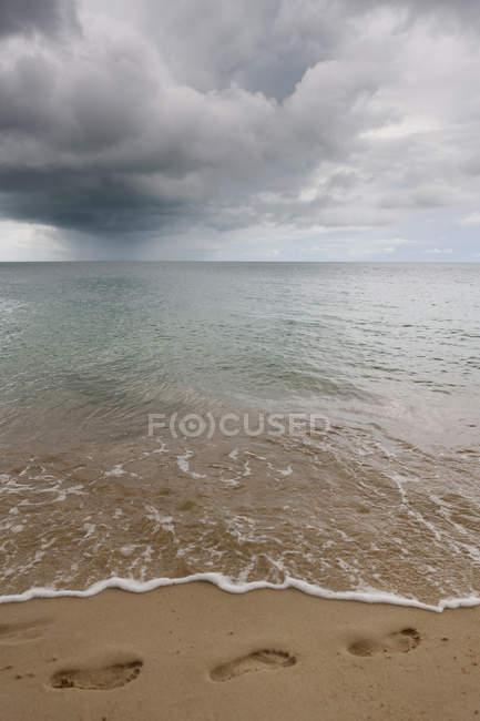 Footprints on sand at Koh Samui beach, Thailand — Stock Photo