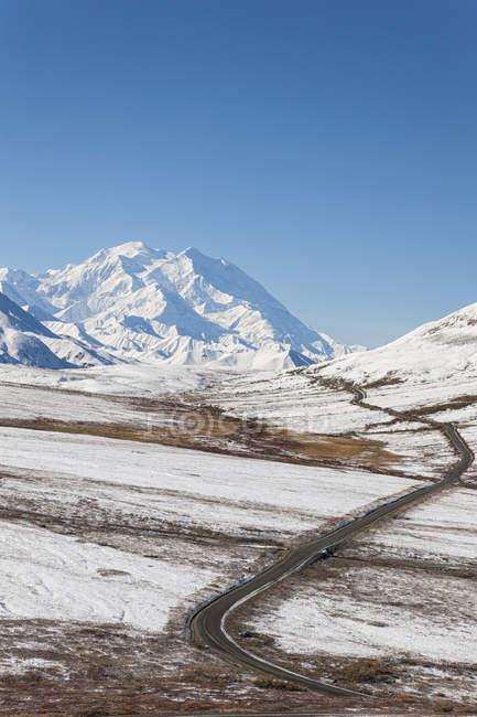 EUA, Alasca, vista do Monte Mckinley e parque estrada no Parque Nacional Denali — Fotografia de Stock