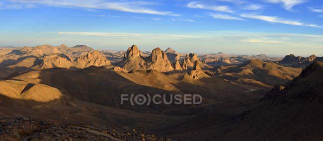 Алжир, видом на гори Hoggar з вулканічних порід під хмарами — стокове фото