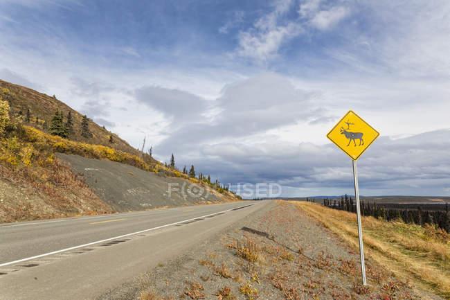 Дорожный знак США, Аляски, Оленей на Аляскинском шоссе — стоковое фото
