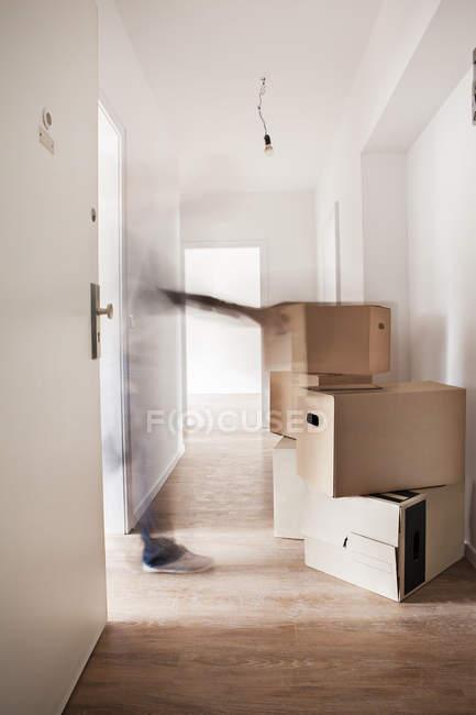 Boîtes en carton dans une maison neuve — Photo de stock
