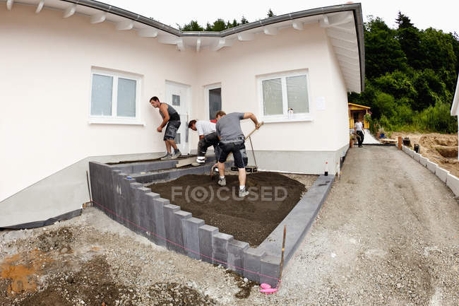 Workers assembling concrete on construction site — Stock Photo