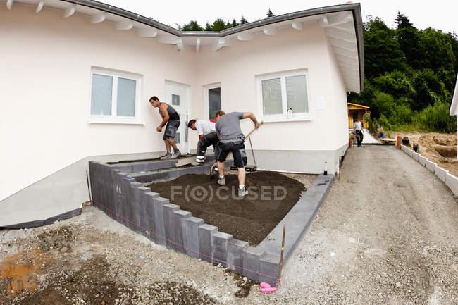 Trabajadores de montaje de concreto en obra - foto de stock