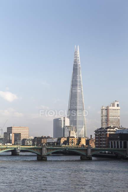 Сполучене Королівство, Лондон, погляд мосту Лондонське око і черепок над річкою Темза — стокове фото