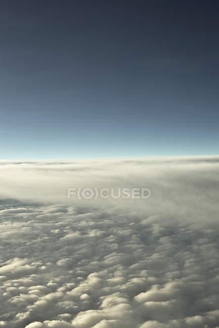 Виды облаков из самолета в дневное время — стоковое фото