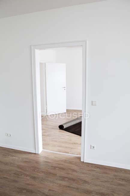Sfondi sul pavimento di legno in appartamento vuoto — Foto stock