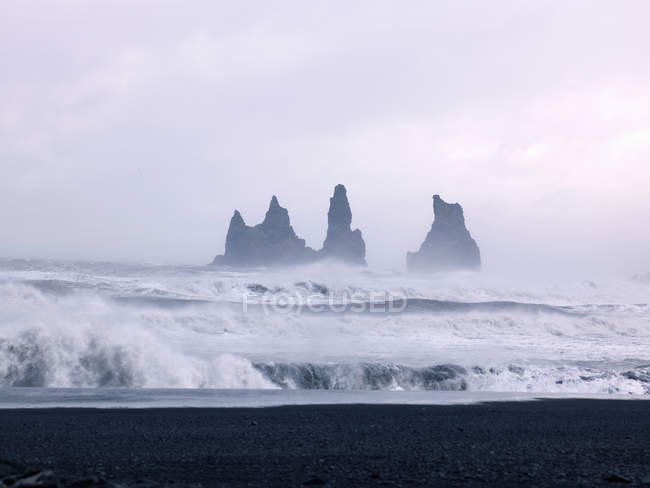 Iceland, View of Atlantic Ocean waves at Black Lava Beach — Stock Photo