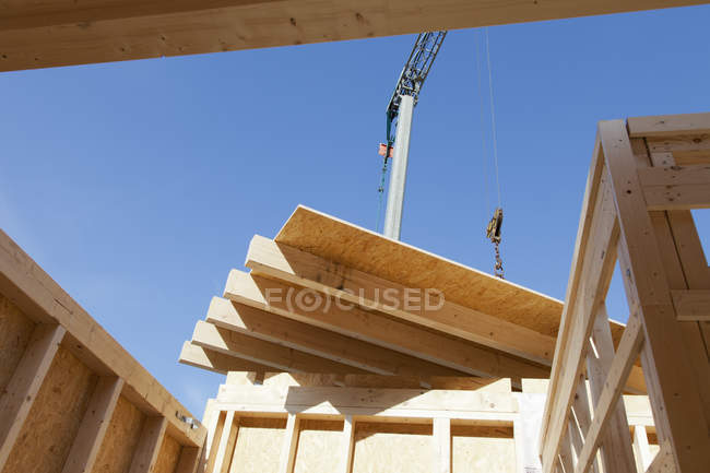 Installing and fixing wooden walls of prefabricated house — Stock Photo