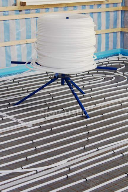 Подпольные отопительные спирали и гибкие трубы в здании дома — стоковое фото