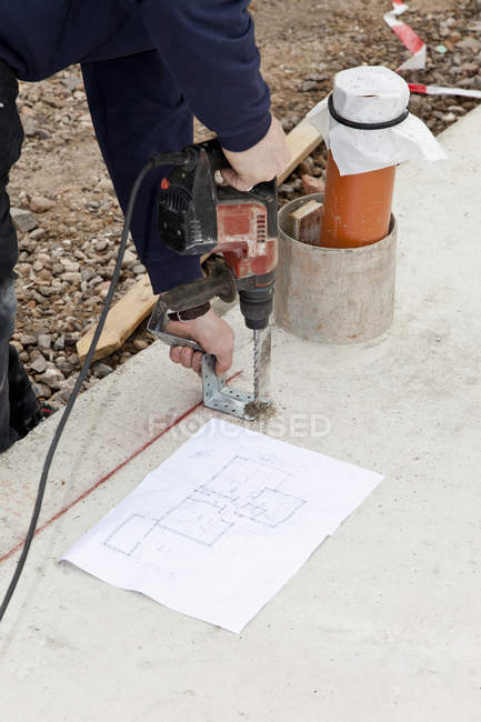 Close-up of Man installing string in foundation — Stock Photo
