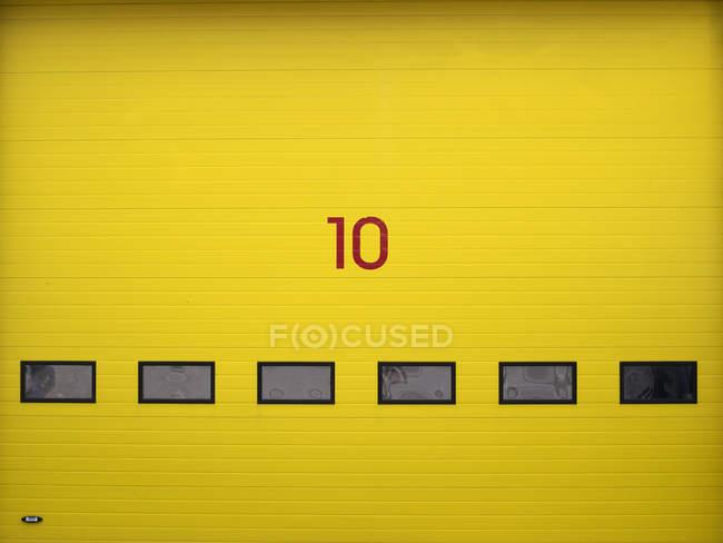 Porte à rouleau jaune de l'entrepôt — Photo de stock