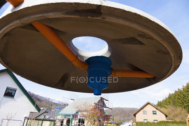 Закри кришкою цистерни дощової води на будмайданчик — стокове фото