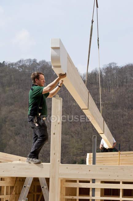 Men assembling ridge purlin on construction site — Stock Photo