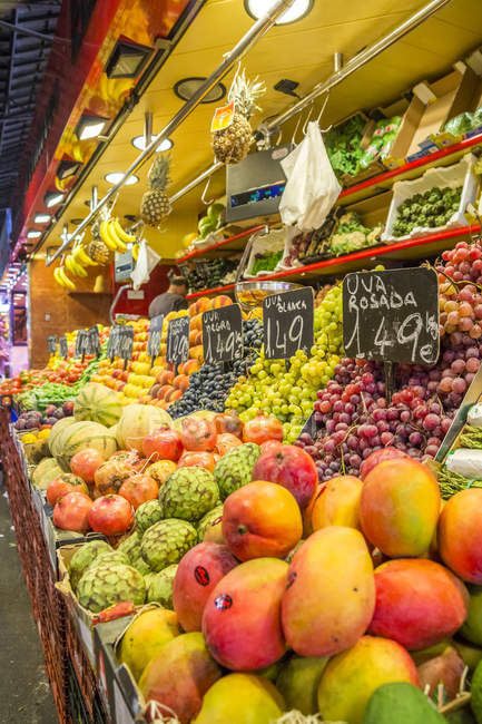 Spain, Catalonia, Barcelona, fruit stall at market hall — Stock Photo