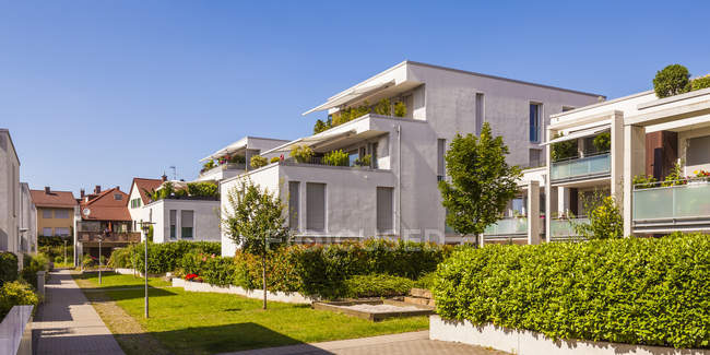 Germany, Fellbach. Daytime view of residential houses exteriors with bushes and trees — Stock Photo