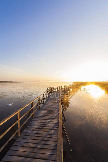 Ponte di legno sul lago Feder all'alba — Foto stock