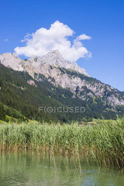 Austria, Tirolo, Valle di Tannheim, lago Haldensee e montagne su priorità bassa — Foto stock