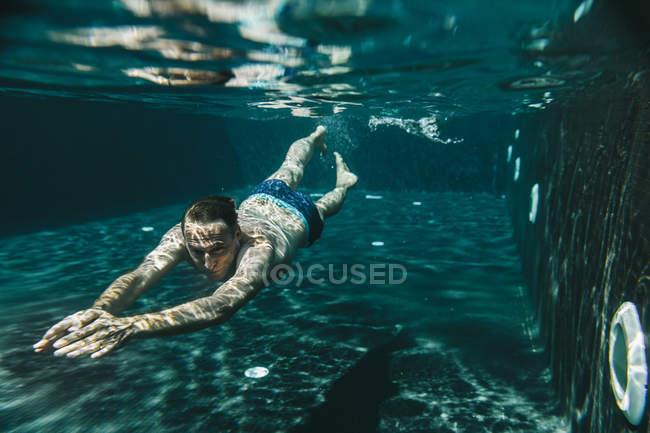 Mann im Schwimmbad tauchen — Stockfoto