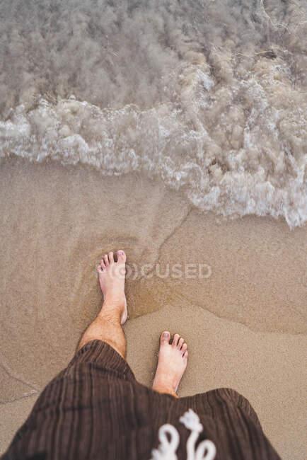 Thailandia, piedi di uomo in piedi sulla spiaggia al mare — Foto stock