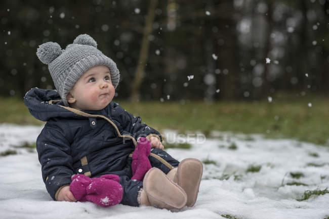 Портрет девочки смотреть снежинки в первый раз — стоковое фото