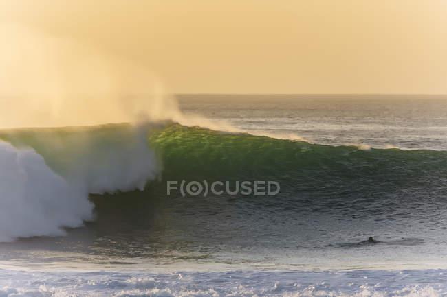 Indonesia, Bali, Surfer e big wave — Foto stock