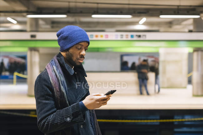 African american man with smartphone — Stock Photo