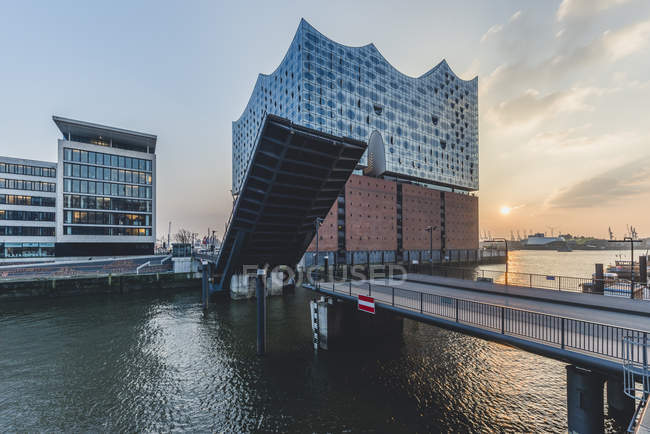 Germany, Hamburg, opened bridge Am Kaiserkai, Elbe Philharmonic Hall at sunset — Stock Photo
