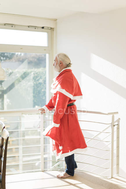 Взрослый бородатый мужчина в костюме Санты и выглядит уродливо — стоковое фото