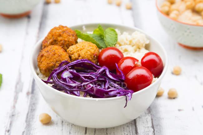 Buddha-Schüssel mit Süßkartoffelbällchen, Couscous, Hummus und Gemüse — Stockfoto