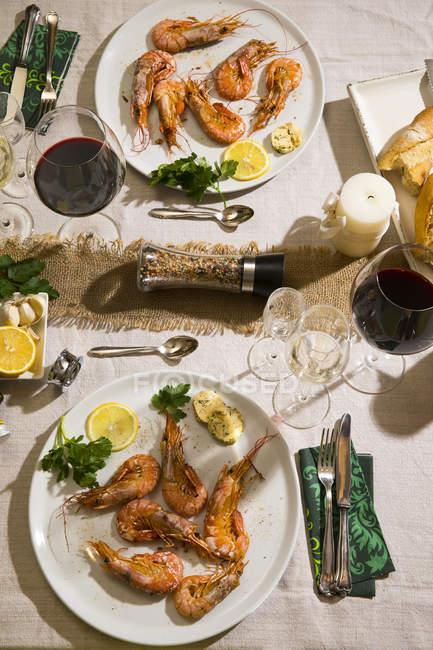 Camarones rojos argentinos en mesa festiva - foto de stock