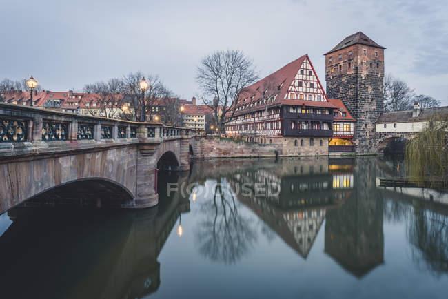 Германия, Бавария, Нюрнберг, Вид с моста Макса на Фаштадель и Хенкель — стоковое фото